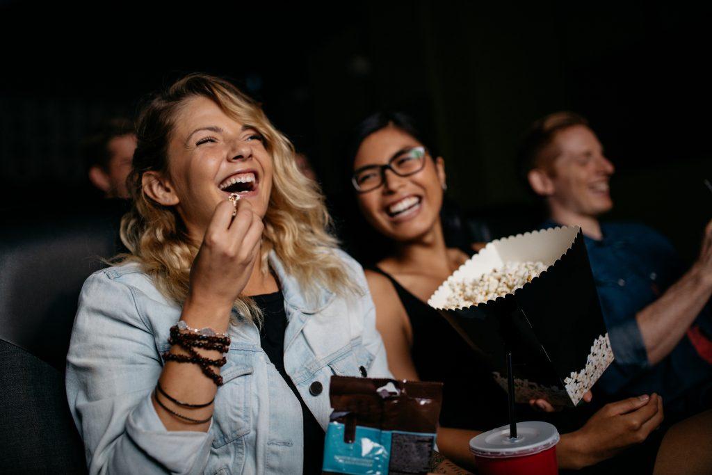Femmes qui rient au cinéma