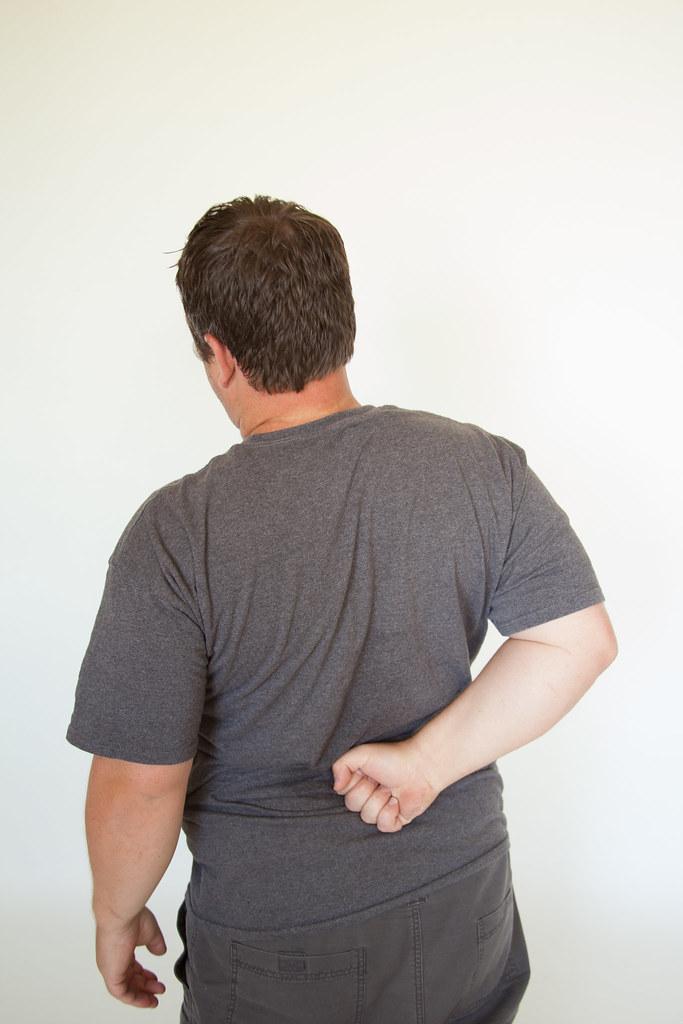 homme souffrant de maux de dos soigné par l'étiopathie